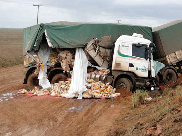Motorista ficou preso nas ferragens do veículo (Foto: Celso Padinha/Cenário MT)