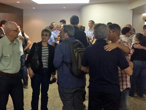 Amigos e colegas de trabalho foram se despedir de Beatriz (Foto: Henrique Coelho / G1)