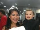 Grávida, Priscila Pires desfila vestida de noiva com o filho