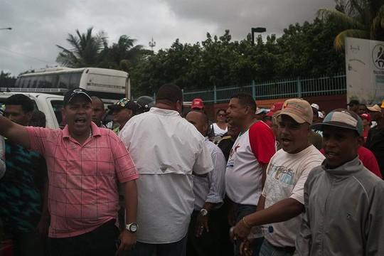 Na quinta-feira (18), senadores brasileiros foram recebidos com protesto e hostilidades de apoiadores do governo venezuelano (Foto:  FABIOLA FERRERO/EFE)