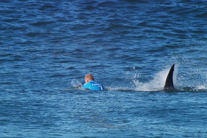 Momento em que tubarão se aproxima de Mick Fanning durante final da etapa de Jeffreys Bay (Foto: Divulgação / WSL)