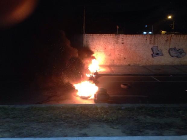 Populares atearam fogo em pneus e fecharam o sentido Goytacazes – Centro (Foto: Divulgação/ PM)