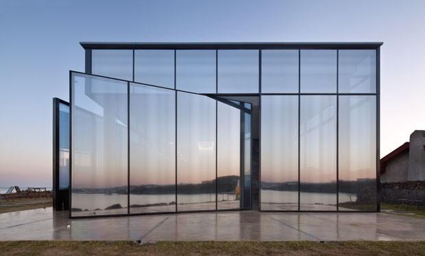 Construção de vidro espelhado multiplica a natureza ao redor (Foto: Divulgação)