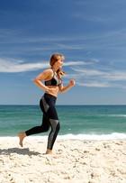 Veja como é o treino funcional da atriz Simone Soares, em praia no Rio