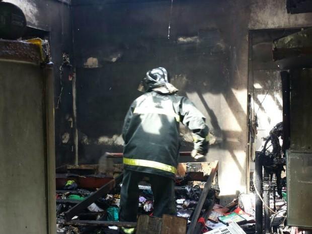 Fogo atingiu imóvel na manhã deste domingo (28); ninguém ficou ferido (Foto: Divulgação/Corpo de Bombeiros)