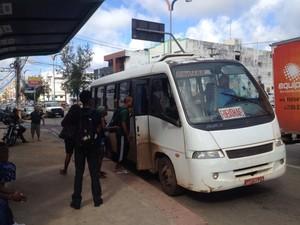 Vans transportam passageiros em ponto de ônibus no São Francisco, em São Luís (Foto: Zeca Soares / G1)