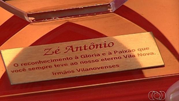 Placa de José Antônio, torcedor do Vila Nova (Foto: Reprodução/TV Anhanguera)