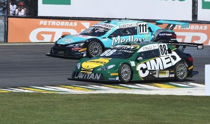 Rubens Barrichello tentou ultrapassagem, mas teve porta fechada por Felipe Fraga (Foto: Duda Bairros / Divulgação)