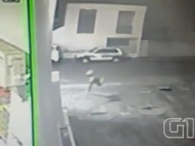 Em vídeo, assaltante tropeça na calçada ao roubar posto de combustíveis em Surubim (Foto: Reprodução/G1)