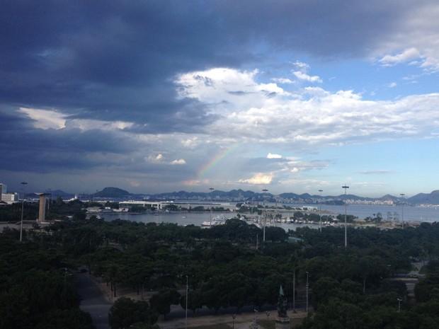 Céu escuro e arco íris no bairro da Glória  (Foto: Andressa Gonçalves/G1)