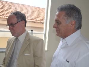 Prefeito de Piracicaba, Barjas Negri, e o eleito, Gabriel Ferrato (Foto: Thomaz Fernandes/G1)