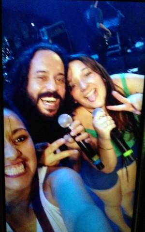 Fãs tiram selfie no palco com Gabriel, O Pensador (Foto: Jessica Mello/Gshow)