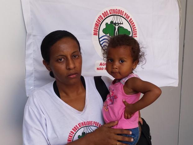 Simone e a filha vivem em Barra Longa. A menina tem alergia ao pó da lama que chegou à cidade (Foto: Raquel Freitas/G1)