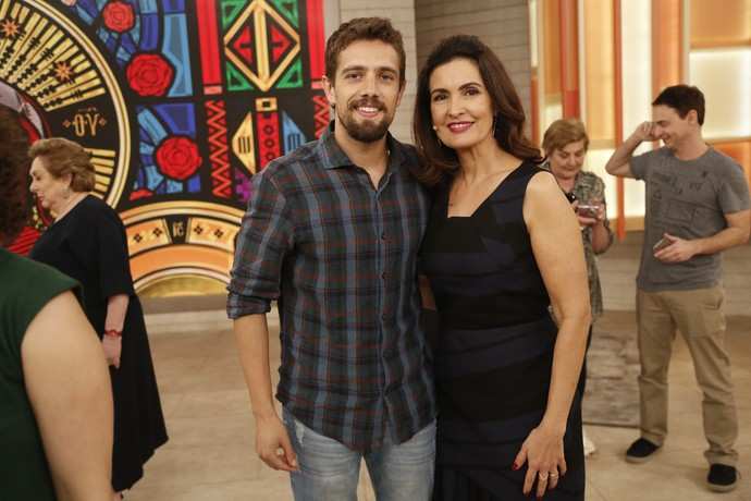 Rafael Cardoso posa ao lado da Fátima nos bastidores  (Foto: Raphael Dias/Gshow)