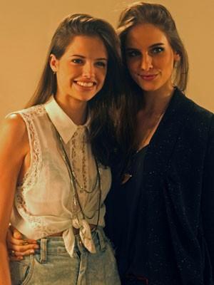Agatha e Dani posam nos bastidores da gravação (Foto: Malhação / Tv Globo)