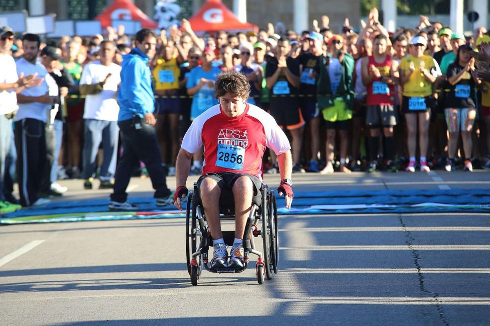 Primeiras corridas de Diogo foram feitas com cadeira de rodas comum (Foto: Arquivo pessoal)