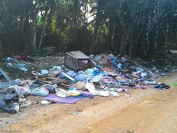 Lixo na Estrada Rikio Suenaga, em Mogi das Cruzes, preocupa internauta do VC no G1 (Foto: Anderson Hernandes/VC no G1)