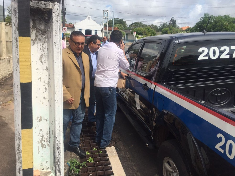 Osmando Figueiredo na saída da secional de Polícia Civil para a penitenciária do Cucurunã (Foto: Dominique Cavaleiro/G1)