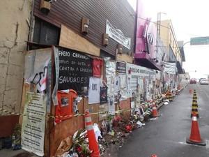 Mais de dois meses após tragédia, fachada da Kiss ainda recebe homenagens (Foto: Felipe Truga/G1)