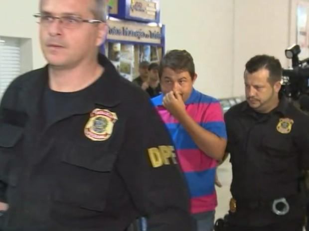 Ex-prefeito desembarcou em Rio Preto escoltado por policiais (Foto: Reprodução/TV TEM)