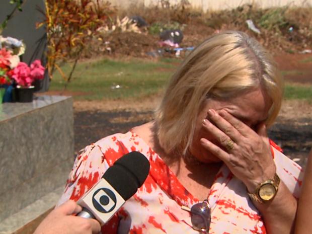 Viúva chorou ao encontrar túmulo do marido danificado em cemitério de Pontal, SP (Foto: Reprodução / EPTV)