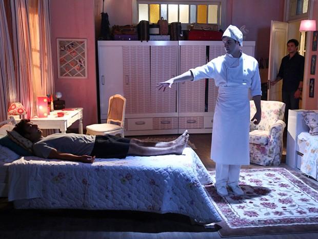 O espírito visita o quarto do primo do Caíque  (Foto: Raphael Dias / Gshow)