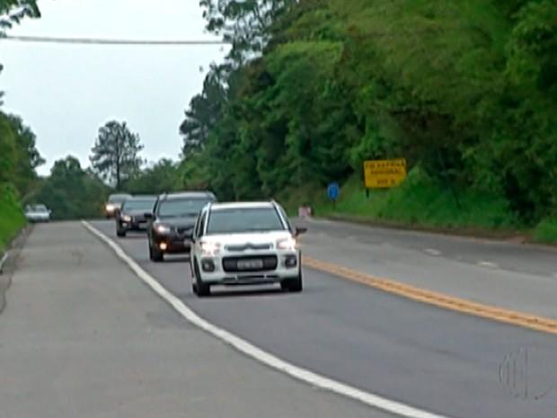 Retorno do feriado foi antecipado por causa da chuva na rodovia Mogi-Bertioga (Foto: Reprodução / TV Diário)