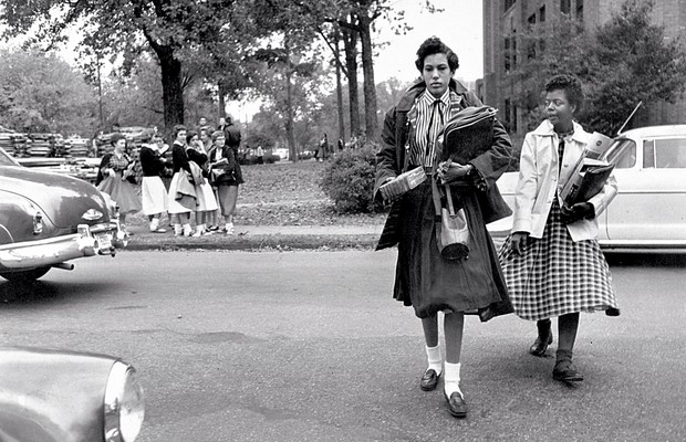 1957 Elizabeth Eckford e Carlotta Walls, beneficiárias do regime de cotas adotado no Arkansas pela Universidade Rock Central (Foto: George Tames/The New York Times)