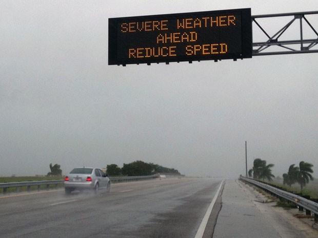 Mensagem em rodovia de Miami alerta condutores sobre tempestade. (Foto: AP)
