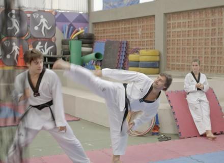 Rodrigo e Beto treinam para se enfrentar em campeonato de taekwondo