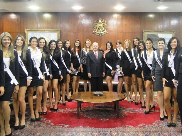 Candidatas a Miss Brasil Globo posam com José Sarney, presidente do Senado (Foto: Divulgação/Octávio D'Ávila)