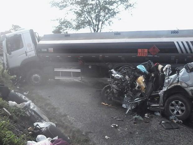 Colisão entre caminhão-tanque e caminhonete de luxo deixou 8 mortos, em Pernambuco (Foto: Pedro Jefferson/TV Asa Branca)