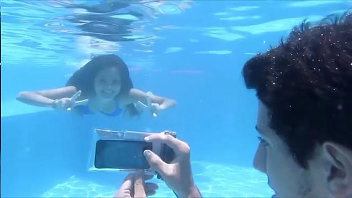 Capa permite mergulhos e usar o touchscreen do celular (Foto: Divulgação/Dartbag)