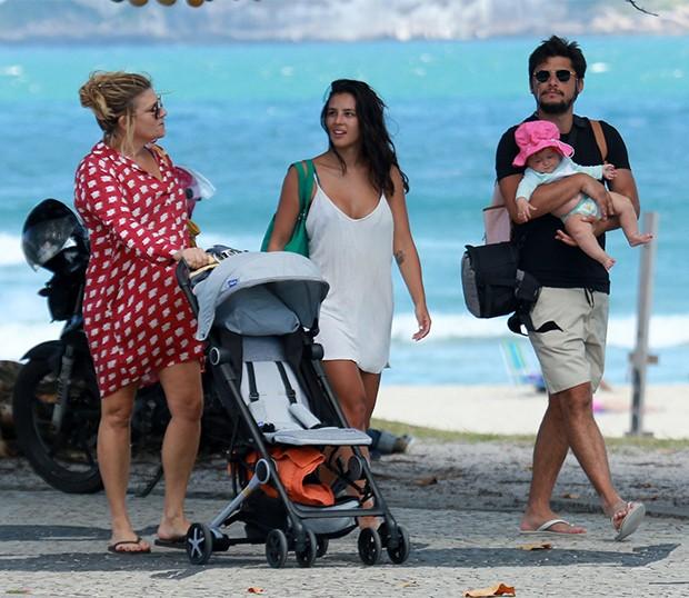 Bruno Gissoni e Yanna Lavigne passeiam com a filha Madalena (Foto: AgNews)
