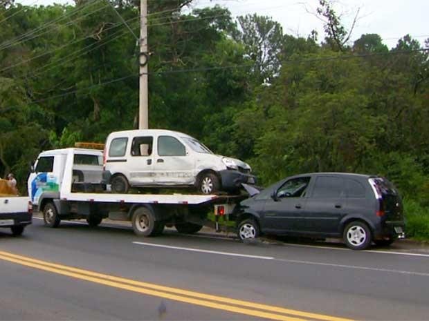 Criminosos roubam carga e causam acidente em rodovia de Louveira, SP (Foto: Reprodução EPTV)