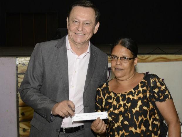 Maria não escondeu a felicidade ao ouvir o nome chamado pelo prefeito (Foto: Dorival Pinheiro Filho)