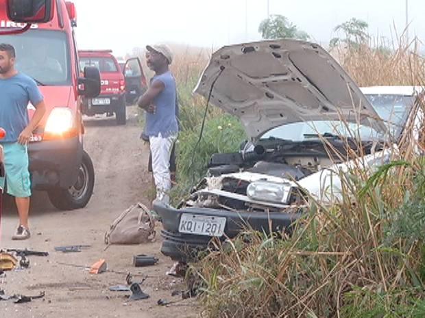 Carro ficou parcialmente destruído (Foto: Reprodução/Inter TV)