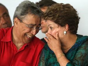 Janeiro de 2013 - O governador de Sergipe, Marcelo Deda, e a presidente Dilma Rousseff conversam durante cerimônia de inauguração do Parque Eólico Barra dos Coqueiros, em Aracaju (Foto: André Dusek/Estadão Conteúdo/Arquivo)