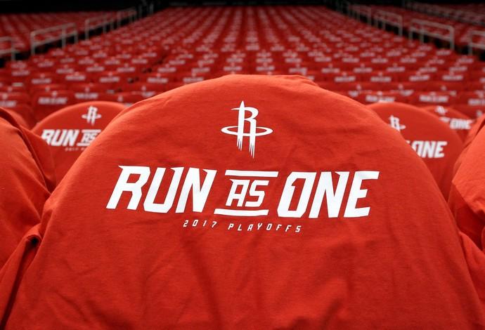 Cadeiras prontas em Houston para receber os torcedores com uma camisa de brinde (Foto: Reuters)