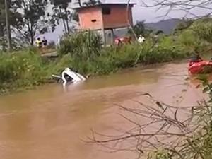Motorista perde controle e cai em rio no Sul de Santa Catarina (Foto: Bombeiros Voluntários de Jaguaruna/Divulgação)