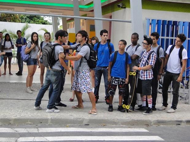 Gil parte para cima de Orelha na porta da escola (Foto: Malhação / TV Globo)