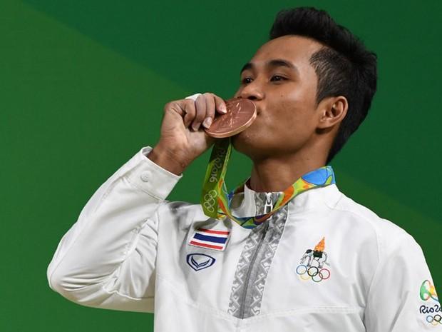 Levantador de peso tailandês Sinphet Kruaithong ganhou medalha de bronze nos Jogos do Rio, no domingo (7) (Foto: Goh Chai Hin / AFP)