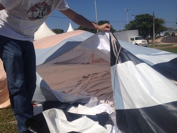 Pela força do vento, o boneco murchou depois de ficar cerca de uma hora inflado (Foto: Stephanie Fonseca/G1)