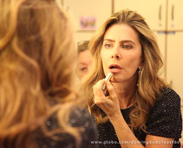 Maitê Proença faz sua própria maquiagem antes da gravação (Foto: Carol Caminha / TV Globo)