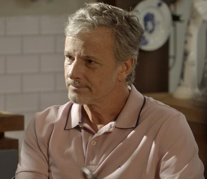 Vittorio tranquiliza namorada e garante que ex nunca vai voltar (Foto: TV Globo)