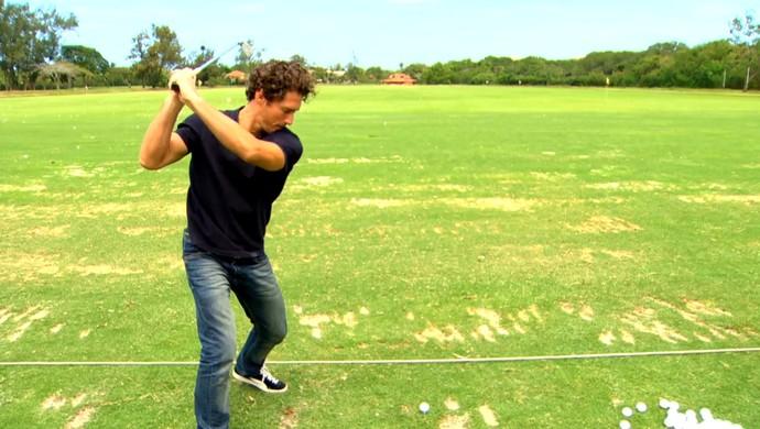 Flávio Canto jogou golfe na estreia do quadro Multiatleta (Foto: Reprodução TV Globo)