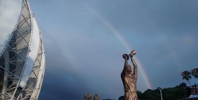 Arco-Íris se coloriu o céu na inauguração da estátua de Fernandão (Foto: Mônica Casarotto/Grupo Gigante Para Sempre)