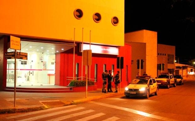 Agência do Banco do Nordeste foi arrombada na noite deste domingo (6) em Mossoró (Foto: Marcelino Neto/G1)