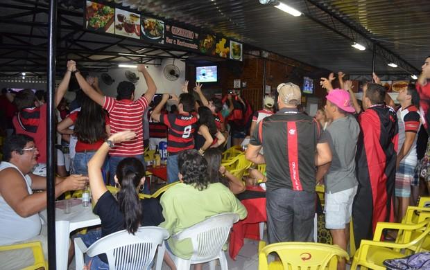 Torcedores comemoram o gol de Hernane em barzinho de João Pessoa (Foto: Yordan Cavalcanti / Globoesporte.com/pb)