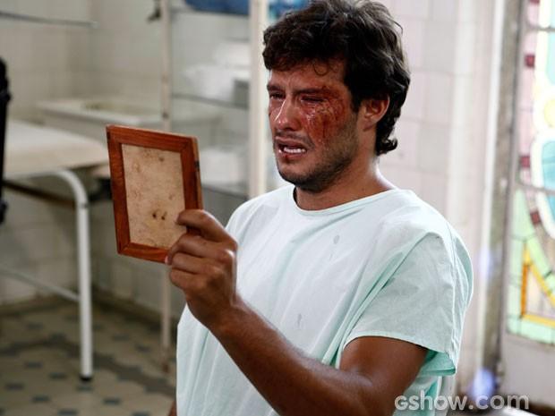 Virgílio se assusta quando vê seu rosto desfigurado (Foto: Em Família/ TV Globo)